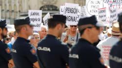 Momentos de tensión entre antidisturbios y un grupo de pensionistas a las puertas del