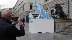 La razón por la que ha aparecido una leona frente a los leones del Congreso de los