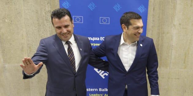 El primer ministro de Macedonia, Zoran Zaev (izq), y su homólogo griego, Alexis Tsipras (der).