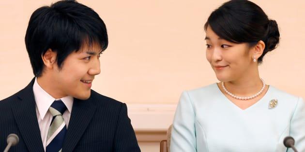 La princesa Mako y su prometido, Kei Komuro, durante la rueda de prensa para anunciar su compromiso celebrada en Tokio (Japón) este domingo.