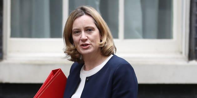 Gran Bretagna, ministro dell'Interno costretto a dimettersi:
