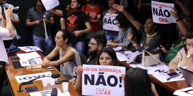 Manifestantes protestam contra votação da Escola Sem Partido na Câmara.