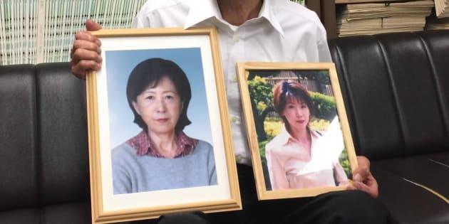 亡くなった女性と、その母親の遺影を掲げる父親