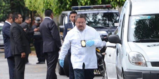 Peritos forenses trabajan en el sitio donde un policía murió hoy, domingo 21 de octubre de 2018, durante un tiroteo contra la residencia del cardenal emérito mexicano Norberto Rivera, en Ciudad de México.
