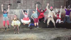 Questi clown professionisti si spostano in roulotte per il Libano e portano gioia ai bambini