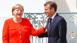 Depuis le nord de l'Allemagne, Macron et Merkel se serrent les coudes dans la