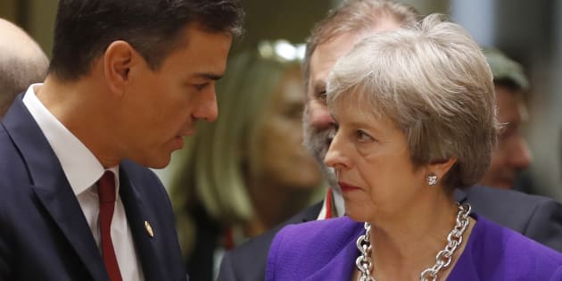 Pedro Sanchez et Theresa May en discussion pendant un sommet à Bruxelles.