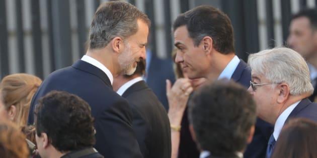 El rey Felipe VI y el presidente del gobierno, Pedro Sánchez, en el Congreso de los Diputados.
