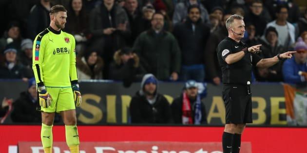 L'arbitre Jonathan Moss fait appel à l'arbitrage vidéo lors d'un match de FA Cup en Angleterre, le 16 janvier 2018