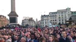 Bouquets, bougies et silence à Trafalgar Square en hommage aux