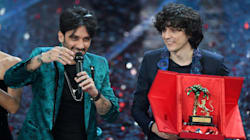 Ermal Meta e Fabrizio moro vincono il Festival. Favino con il monologo sui migranti porta il mondo all'Ariston. Show della Pa...