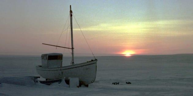 Un petit bateau de pêche photographié en 1999 près d'Igloolik