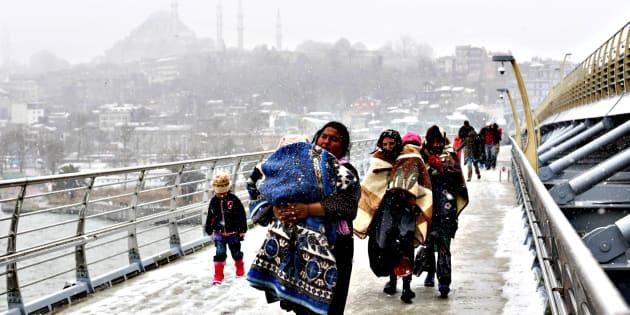 Refugiados sirios caminan hacia una estación de Estambul, buscando refugio.