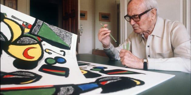 Photo prise le 11 juillet 1981 du peintre catalan Joan Miró, âgé alors de 88 ans, devant l'une de ses dernières lithographies «Espana» à Saint-Paul-de-Vence. Joan Miró est né en 1893 à Barcelone et décédé le 25 décembre 1983 à Palma de Majorque.