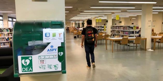Desfibrilador en la entrada de la biblioteca de la escuela de la Universitat Politècnica de Catalunya en Vilanova i la Geltrú.