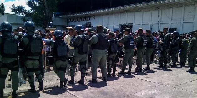 Funcionarios de la Guardia Nacional Bolivariana custodian las inmediaciones de la prisión de Puerto Ayacucho, ayer miércoles.