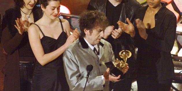 Bob Dylan reçoit un Grammy Awards, l'un des 12 de sa carrière.