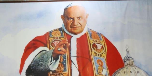 Fedeli seguono la cerimonia di canonizzazione di Papa Giovanni XXIII a Sotto il Monte (Bergamo) attraverso i maxischermi collegati con la trasmissione in diretta da Piazza San Pietro a Roma, 27 aprile 2014. ANSA/PAOLO MAGNI