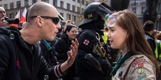Imagem de escuteira a enfrentar neo-nazi 'invade' as redes sociais