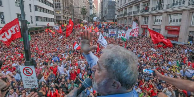 Ato pró-Lula reuniu milhares de pessoas em apoio ao ex-presidente na Esquina Democrática, no centro de Porto Alegre