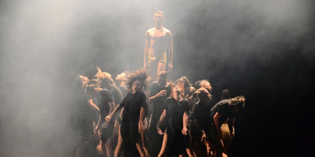Bailarinos da Cia Jovem de Paraopeba interpretam a coreografia 'Amal no Festival de Dança de Joinville.
