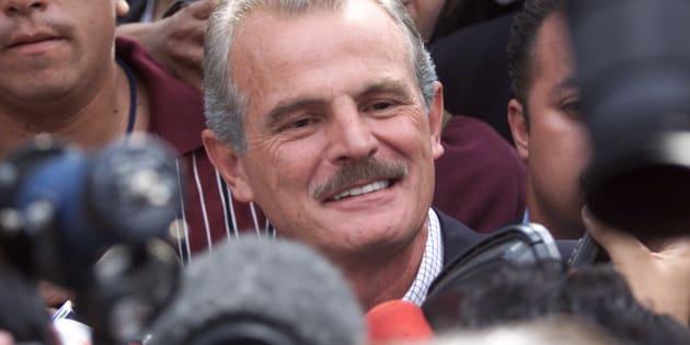 Francisco Labastida Ochoa, candidato presidencial mexicano del PRI, rodeado por medios de comunicación después de depositar su voto en un colegio cerca de su casa en la Ciudad de México el 2 de julio del año 2000.