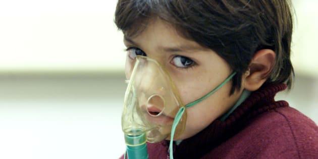 Un enfant de cinq ans à Santiago la capitale du Chili le 8 juin 2016.  Cette ville est l'une des plus polluées du continent américain.