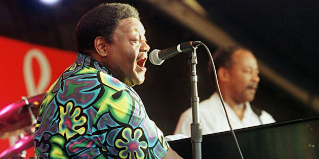 Fats Domino au piano lors du 30e New Orleans Jazz and Heritage Festival.