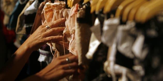 Unas clientas compran ropa interior femenina, en una imagen de archivo.