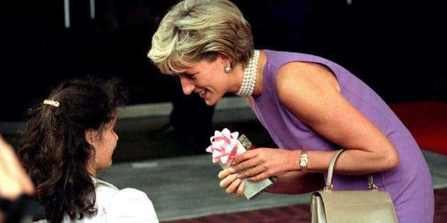 Diana, princesa de Gales, agradece uma garota pelo presente que recebeu em frente ao Centro de Convenções de Sydney, onde foi realizado o almoço de gala do Conselho do Dia da Commonwealth, em 1o de novembro de 1996. Diana estava na Austrália, numa viagem de três dias para arrecadar fundos.