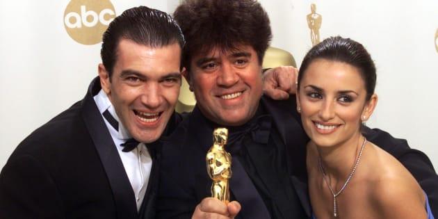 Pedro Almodóvar junto a Antonio Banderas y Penélope Cruz cuando recibió el Oscar por 'Todo sobre mi madre' en el 2000.