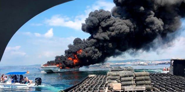 Fotografía facilitada por Protección Civil de Cambados, en la que se aprecia el catamarán incendiado.