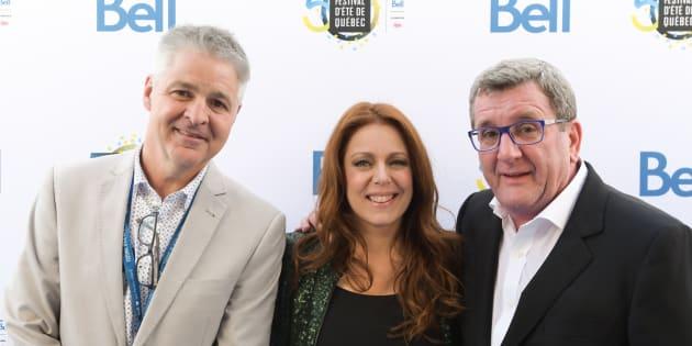 Isabelle Boulay entourée de Régis Labeaume, le maire de Québec, et de Daniel Gélinas, directeur général du Festival d'été de Québec. (ROGER PHOTO)