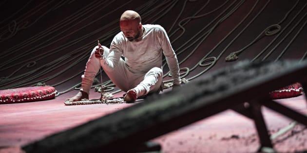 On imagine que sur le plan incliné du décor qui orne toute la scène, la prestation d'Akram Khan est particulièrement difficile.