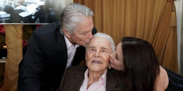 Kirk Douglas, entouré de son fils Michael et de sa belle-fille, Catherine Zeta-Jones.