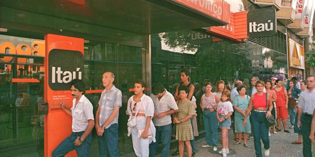 Correntistas no Rio de Janeiro em fevereiro de 1991, durante o primeiro plano econômico de Collor para estabilizar a inflação.