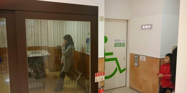 新潟県長岡市のショッピングモールでは多目的トイレと喫煙所が隣同士にあった