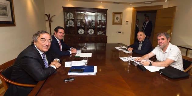 A la izquierda, Juan Rosell, presidente de la CEOE, y Antonio Garamendi, presidente de CEPYME. A la derecha, Unai Sordo, secretario general de CCOO, y Pepe Álvarez, secretario general de UGT.