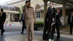 Le chef de la junte thaïlandaise laisse une maquette de lui-même répondre aux questions des