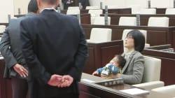 赤ちゃんを市議会に連れ込むことは、悪いことなのか?