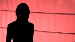 Un homme force une femme à coucher avec 100 hommes en 4