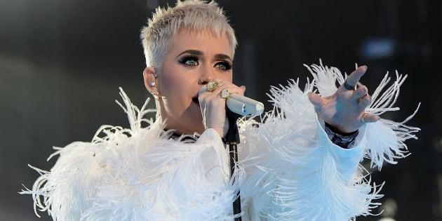 Con vestido, Katy Perry rinde homenaje a víctimas de Manchester