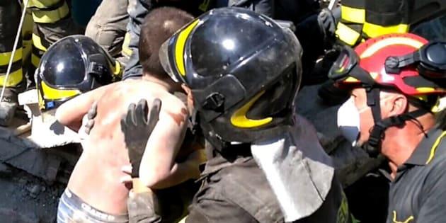 Le deuxième enfants extrait des décombres par les secours, après un séisme de magnitude 4,0 sur l'île d'Ischia, en Italie.