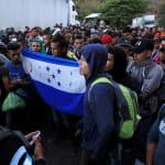 Hondureños rompen cerco en la frontera con Guatemala y siguen su paso hacia