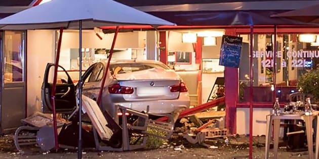 La voiture qui a foncé dans une pizzeria lundi 14 août au soir, à Sept-Sorts, en Seine-et-Marne.