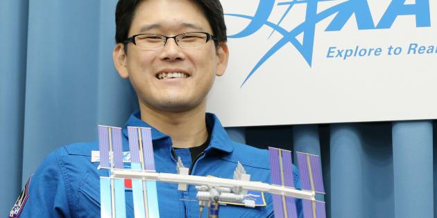 国際宇宙ステーション(ISS)への長期滞在が決まり、記者会見後、撮影に応じる宇宙飛行士の金井宣茂さん(2015年撮影)