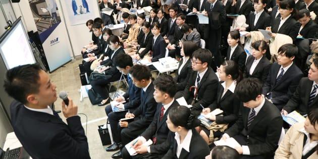 就職活動が本格的に始まり、企業の説明を聞く学生ら=3月1日、千葉市美浜区の幕張メッセ