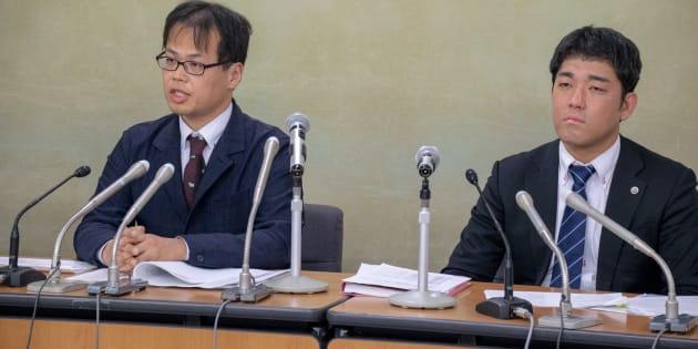 記者会見した大下周平さんと代理人の深井剛志弁護士