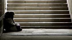 Un bimbo di 4 mesi è morto per strada mentre la madre mendicante lo