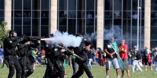 Governo Federal libera Exército para atuar em Brasília após manifestação contra presidente Michel Temer.